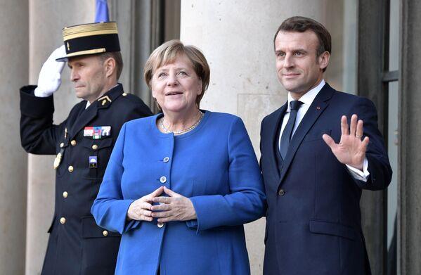Федеральный канцлер Германии Ангела Меркель и президент Франции Эммануэль Макрон на церемонии официальной встречи в Елисейском дворце. 9 декабря 2019-го. Кстати, именно Макрон стал последним лидером, с кем Меркель провела встречу перед уходом. - Sputnik Таджикистан