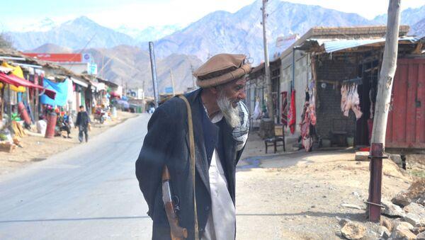 Житель Баграма (Исламская Республика Афганистан) с английской винтовкой БУР  - Sputnik Таджикистан