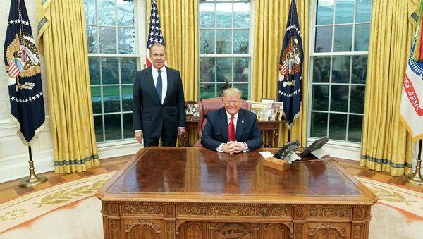 Министр иностранных дел РФ Сергей Лавров и президент США Дональд Трамп в Белом доме - Sputnik Таджикистан