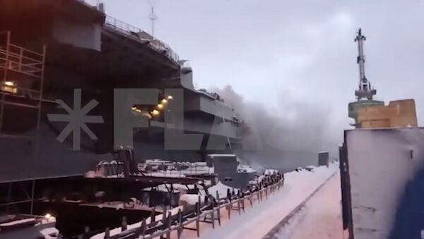 Как тушат пожар на крейсере «Адмирал Кузнецов» в Мурманске - YouTube - Sputnik Таджикистан