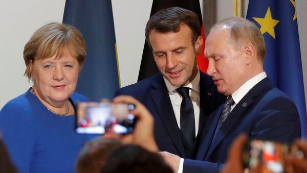 Канцлер Германии Ангела Меркель, президент Франции Эммануэль Макрон и президент России Владимир Путин - Sputnik Тоҷикистон
