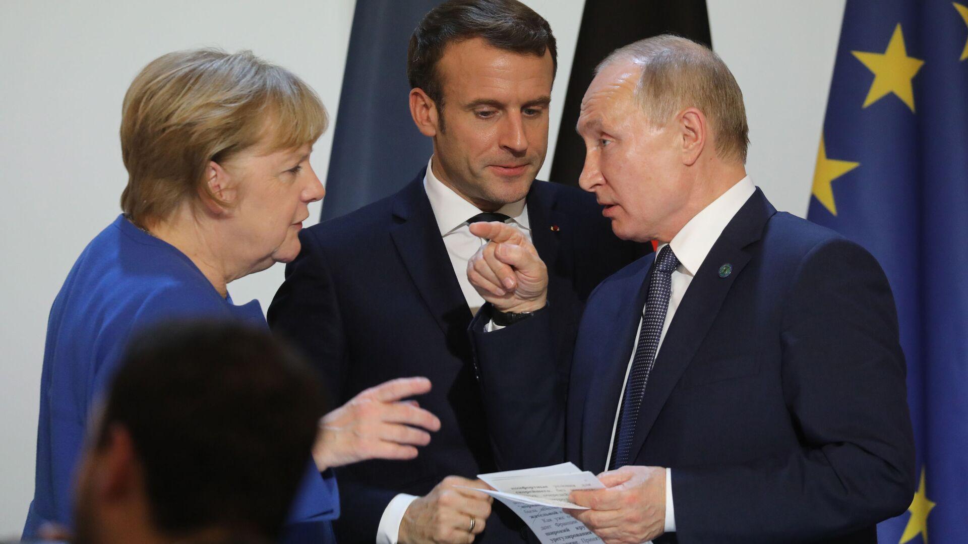 Канцлер Германии Ангела Меркель, президент Франции Эммануэль Макрон и президент России Владимир Путин - Sputnik Таджикистан, 1920, 12.10.2021