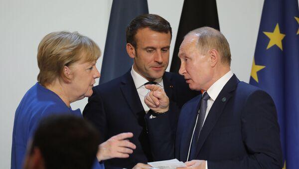 Канцлер Германии Ангела Меркель, президент Франции Эммануэль Макрон и президент России Владимир Путин - Sputnik Таджикистан