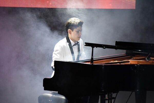 Выступление юного пианиста на новогоднем концерте в Театре оперы и балета - Sputnik Таджикистан