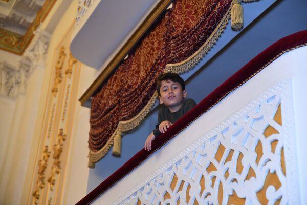Маленький зритель на новогоднем концерте в Театре оперы и балета - Sputnik Таджикистан