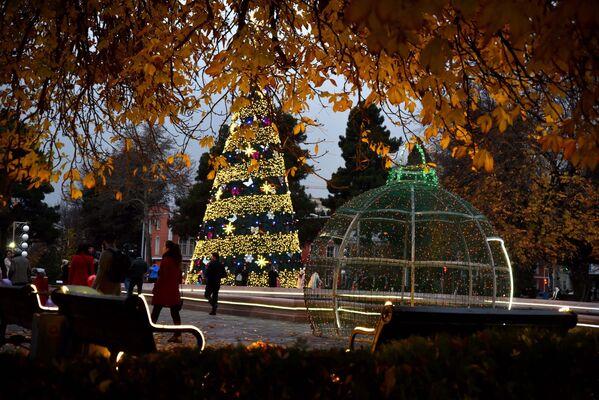 Праздничная елка перед Театром оперы и балета в Душанбе - Sputnik Таджикистан