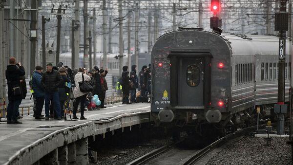 Первый именной состав Таврия во время отправления от перрона на Московского вокзала из Санкт-Петербурга в Севастополь - Sputnik Таджикистан