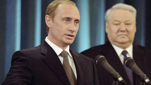 Владимир Путин (слева) дает присягу Президента Российской Федерации. Справа – первый Президент России Борис Ельцин - Sputnik Таджикистан