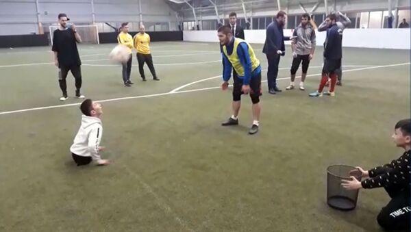 Хабиб Нурмагомедов сыграл в футбол с Али Турганбековым - YouTube - Sputnik Тоҷикистон