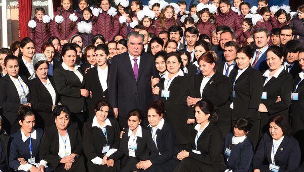 Президент Республики Таджикистан Эмомали Рахмон посетил школу интернат в районе Рудаки - Sputnik Тоҷикистон