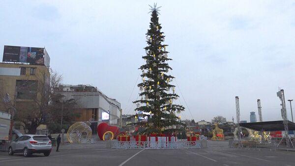 Елки-палки: почему елка в Тбилиси стала топовой темой для шуток - YouTube - Sputnik Таджикистан