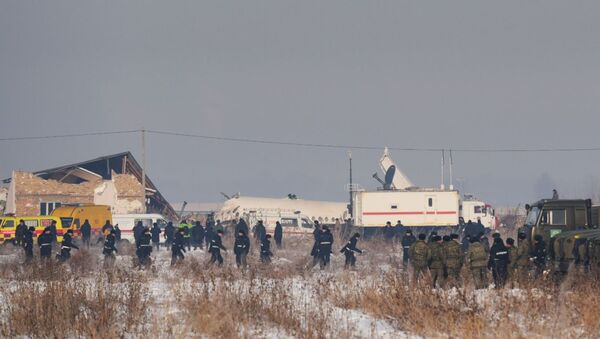 Сотрудники спасательной службы и полиции на месте крушения самолета Fokker 100 - Sputnik Таджикистан