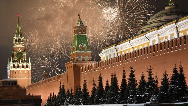 Праздничный салют во время празднования Нового года в Москве - Sputnik Таджикистан