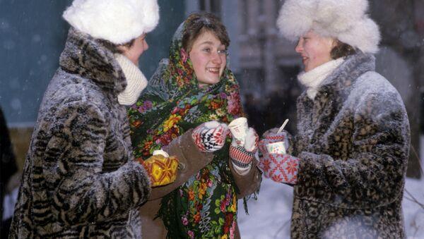Девушки едят мороженое - Sputnik Таджикистан