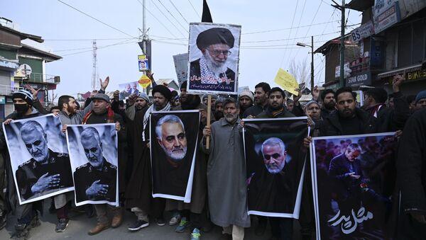 Протестующие с фотографиями убитого генерала КСИР Касема Сулеймани и президентом Хассаном Роухани, 3 января 2020 года - Sputnik Таджикистан