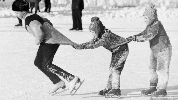 Ребята катаются на коньках «паровозиком», 1976 год - Sputnik Таджикистан