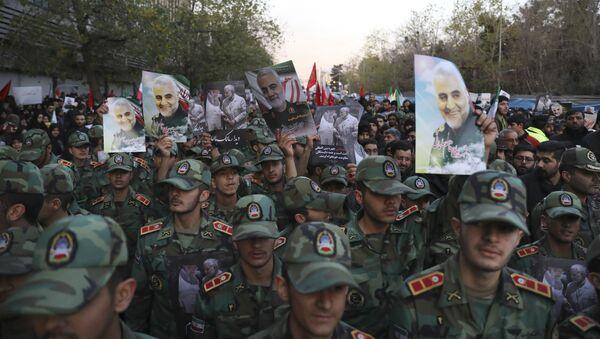Военные кадеты во время траурного шествия по случаю прощания с иранским генералом Касемом Сулеймани, убитым во время авиаудара в Багдаде - Sputnik Таджикистан
