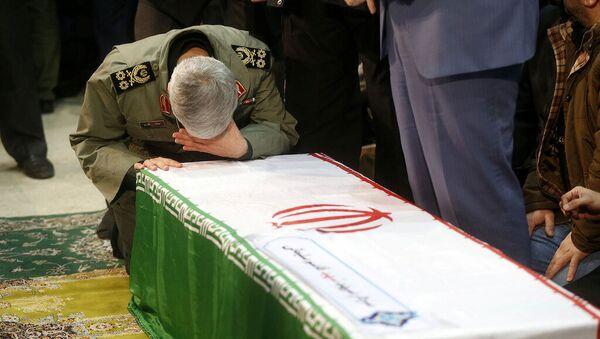Командующим силами Кодс КСИР Ирана генерал Эсмаил Гаани во время прощания с иранским генералом Касемом Сулеймани, убитым во время авиаудара в Багдаде - Sputnik Тоҷикистон