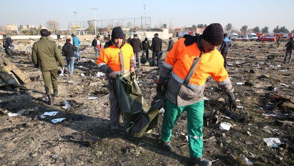 Спасатели на месте крушения самолета в Иране - Sputnik Таджикистан