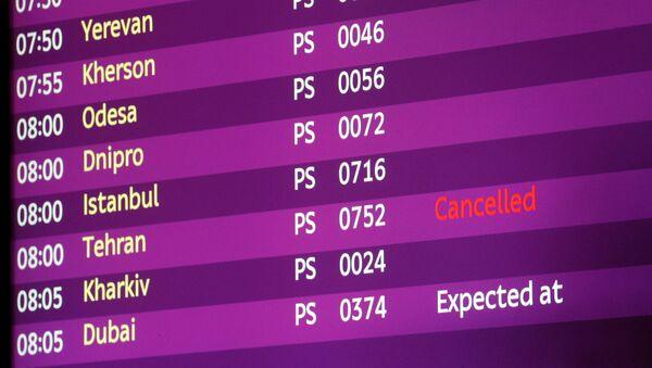 Электронное табло в аэропорту Борисполя, на котором рейс из Тегерана помечен как отмененный - Sputnik Таджикистан