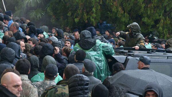 Протестующие штурмуют администрацию президента Абхазии - Sputnik Тоҷикистон