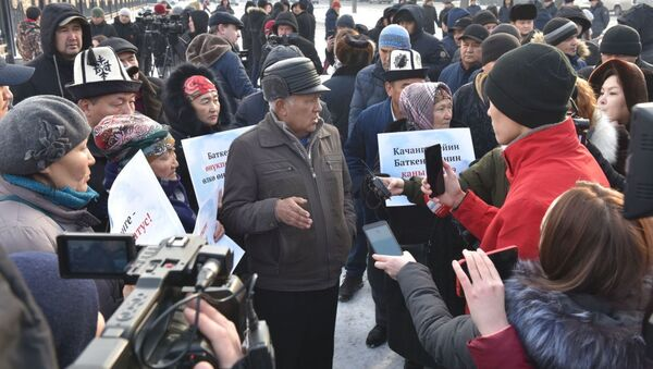 В Бишкеке возле здания Жогорку Кенеша проходит митинг против приграничных конфликтов - Sputnik Таджикистан