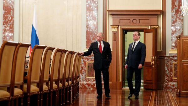 Президент РФ Владимир Путин и председатель правительства РФ Дмитрий Медведев - Sputnik Таджикистан