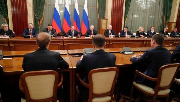 Президент РФ Владимир Путин и председатель правительства РФ Дмитрий Медведев во время встречи с членами правительства РФ - Sputnik Таджикистан