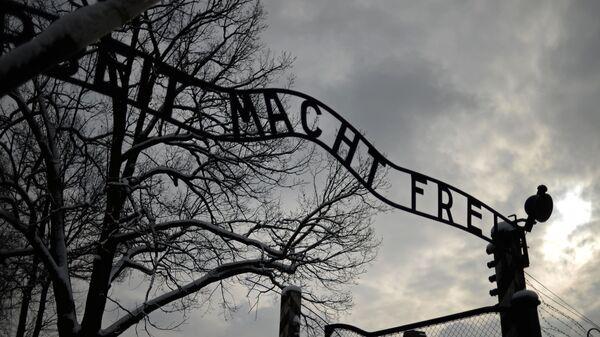 Центральные ворота бывшего концентрационного лагеря Аушвиц-Биркенау в Освенциме - Sputnik Таджикистан