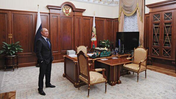 Президент России Владимир Путин в рабочем кабинете - Sputnik Таджикистан