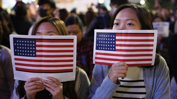 Китайские девушки держат флаги США - Sputnik Таджикистан