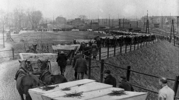 Похороны погибших узников, освобожденного Красной Армией концентрационного лагеря Освенцим - Sputnik Тоҷикистон