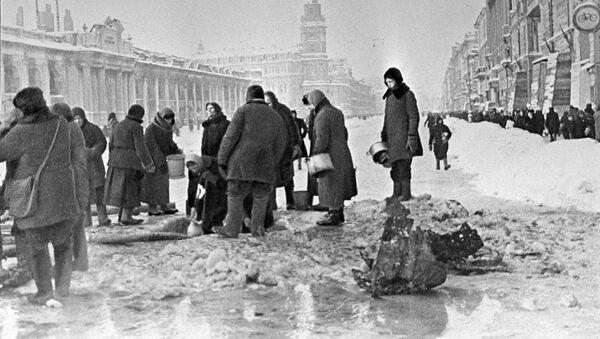 Жители блокадного Ленинграда набирают воду, появившуюся после артобстрела в пробоинах в асфальте,  - Sputnik Тоҷикистон
