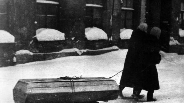 Жители города везут на санках гроб с умершем во время блокады Ленинграда, 1941-1944 года - Sputnik Таджикистан
