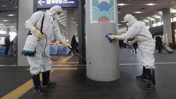 Сотрудники работают над предотвращением появления нового коронавируса на станции Сусео в Сеуле, Южная Корея - Sputnik Таджикистан