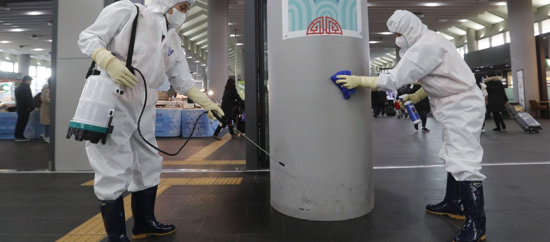 Сотрудники работают над предотвращением появления нового коронавируса на станции Сусео в Сеуле, Южная Корея - Sputnik Таджикистан, 1920, 23.03.2020