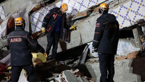 На месте обрушения здания в Элязыге, восточная Турция  - Sputnik Тоҷикистон
