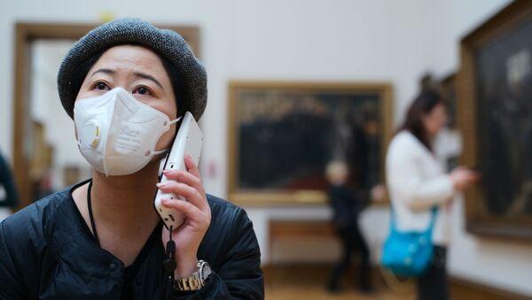 Посетительница музея в Москве в медицинской маске - Sputnik Таджикистан