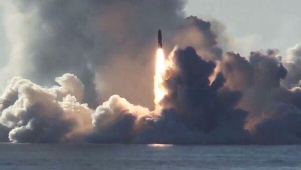 Запуск ракеты Булава по полигону Кура с подводного крейсера Юрий Долгорукий в Белом море - Sputnik Таджикистан