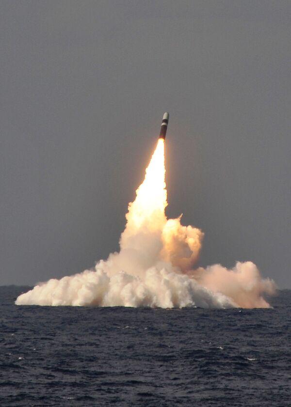 Запуск ракеты Trident II D-5 с подлодки USS West Virginia - Sputnik Таджикистан