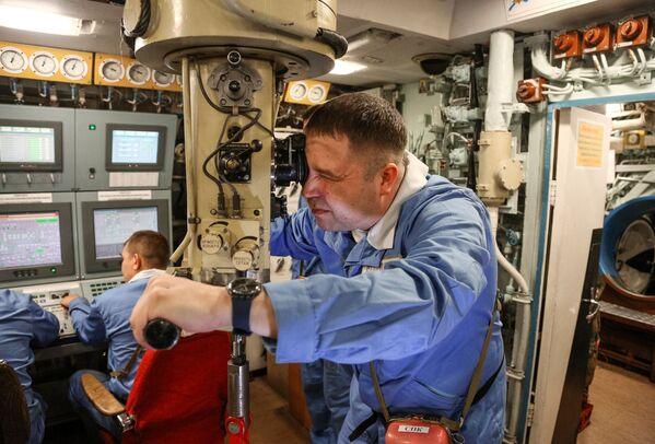 Старший помощник командира корабля на центральном посту атомной подводной лодки К-535 Юрий Долгорукий - Sputnik Таджикистан