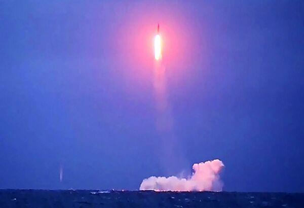 Пуск баллистической ракеты «Синева» с борта РПКСН «Верхотурье» - Sputnik Таджикистан