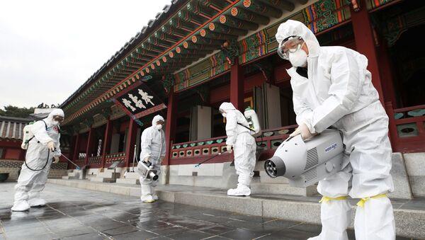Чиновники из Центра общественного здравоохранения санируют традиционный дворец в Сувоне, Южная Корея - Sputnik Таджикистан