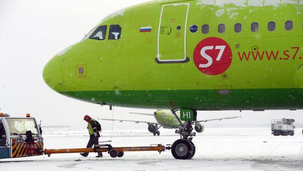 Cамолет Airbus A319 компании S7 в аэропорту Домодедово - Sputnik Тоҷикистон