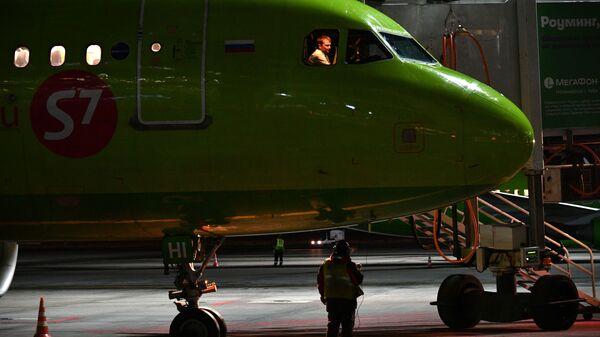 Самолет авиакомпании S7 в аэропорту Домодедово - Sputnik Таджикистан