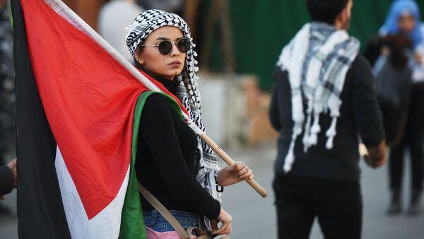 Участница акции протеста у посольства США в Бейруте против сделки века по урегулированию палестино-израильского конфликта - Sputnik Тоҷикистон
