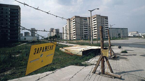 Ограждения на улицах города Припяти в Киевской области после аварии на Чернобыльской АЭС. 1986 г. - Sputnik Таджикистан