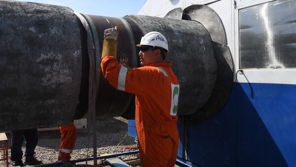 Рабочий на участке строительства газопровода Северный поток-2 - Sputnik Тоҷикистон