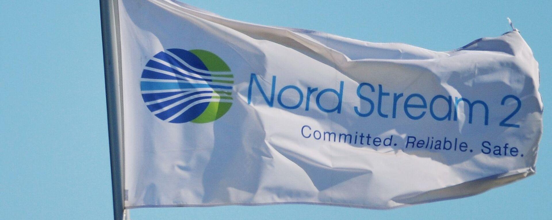 Флаг с символикой компании Nord Stream 2 AG, ведущей строительство газопровода Северный поток-2 - Sputnik Таджикистан, 1920, 04.06.2021