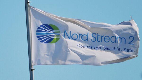 Флаг с символикой компании Nord Stream 2 AG, ведущей строительство газопровода Северный поток-2 - Sputnik Таджикистан